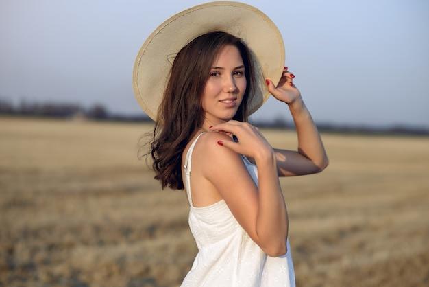 Linda garota elegante em um campo de trigo outono Foto gratuita