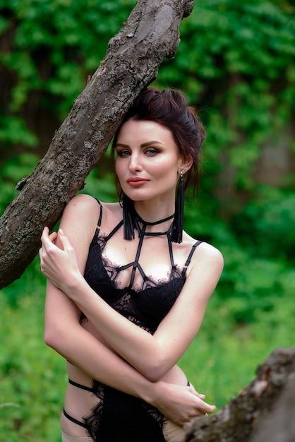 Linda garota em lingerie ao ar livre. Foto Premium
