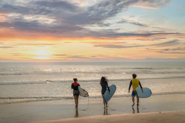 Linda garota em uma prancha de surf no oceano Foto Premium