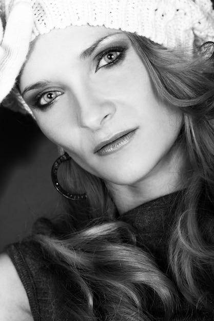 Linda garota encaracolada no chapéu branco e luvas Foto gratuita
