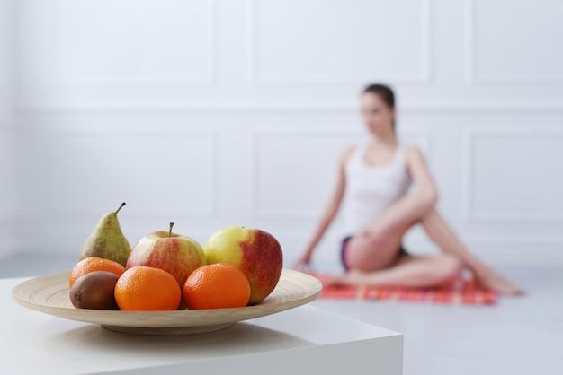 Linda garota fazendo yoga Foto gratuita