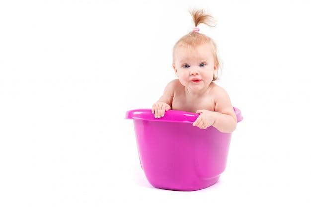 Linda garota feliz tomar banho na banheira Foto Premium