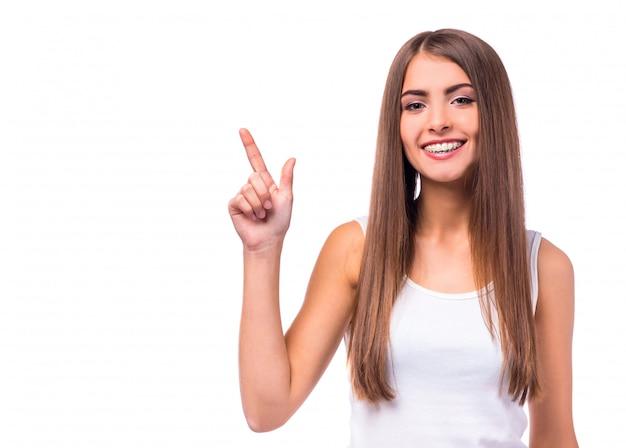 Linda garota fica e sorri. Foto Premium