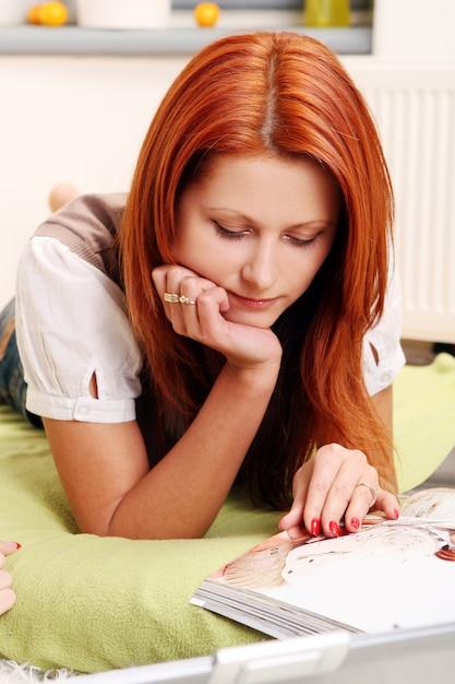Linda garota jovem e sexy em branco Foto gratuita