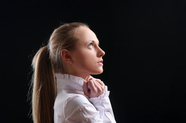 Linda garota jovem e sexy em preto Foto gratuita