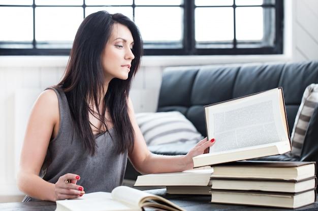 Linda garota lendo um livro Foto gratuita