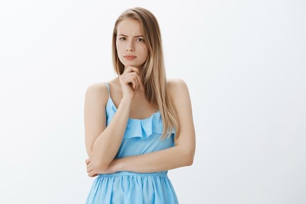 Linda garota loira com um vestido azul estiloso Foto gratuita