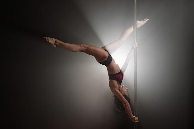 Linda garota magro com pilão. dança do dançarino feminino Foto Premium
