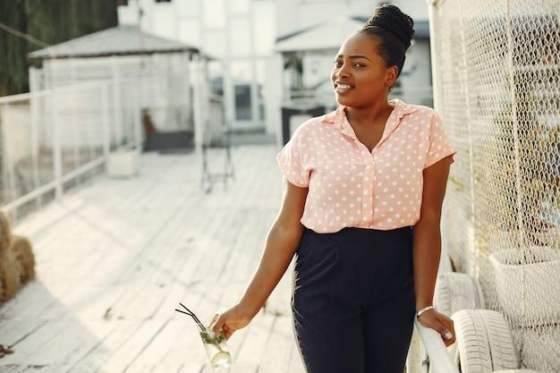 Linda garota negra em pé em um parque de verão Foto gratuita