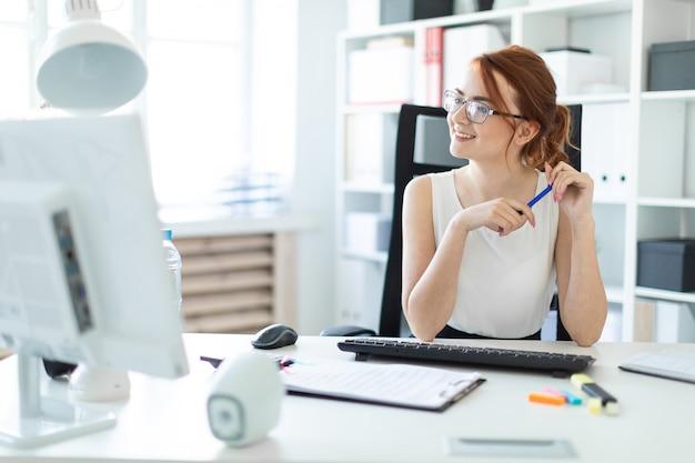 Linda garota no escritório trabalhando com documentos Foto Premium
