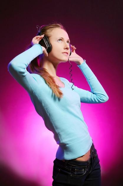 Linda garota ouve música Foto gratuita