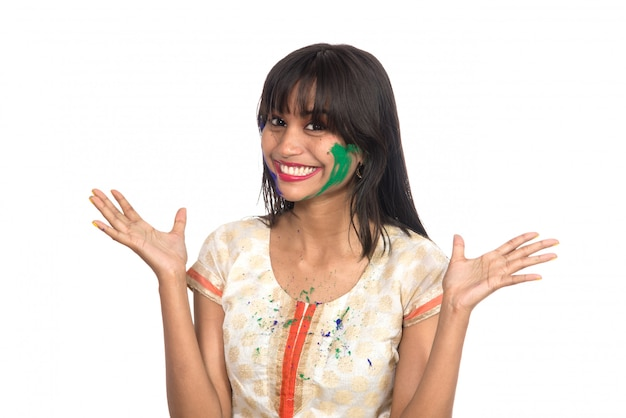 Linda garota posando com rosto colorido por ocasião do festival holi Foto Premium