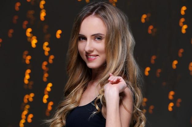 Linda garota posando durante a celebração da festa de ano novo Foto gratuita