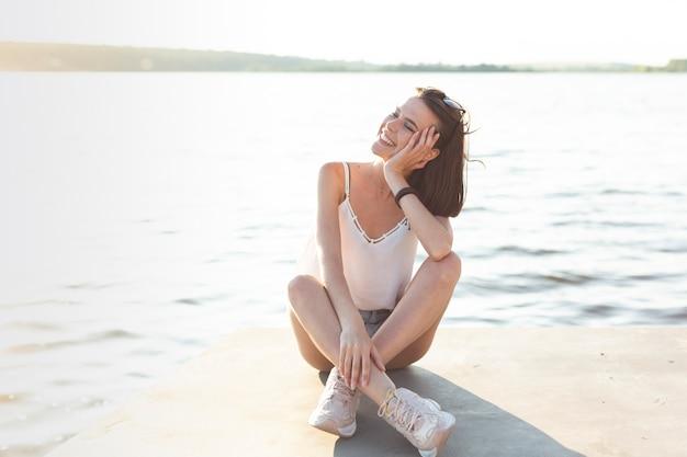 Linda garota posando em um dia ensolarado Foto gratuita