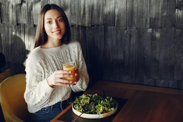 Linda garota sentada em um café Foto gratuita