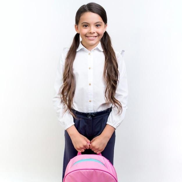 Linda garota sorrindo com mochila Foto gratuita