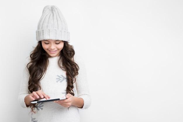 Linda garota tocando a tela do tablet Foto gratuita