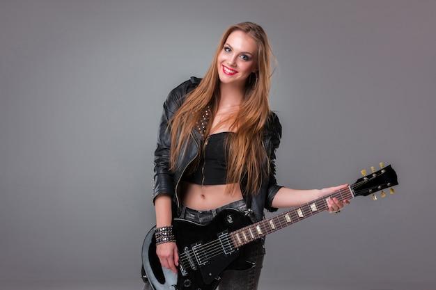 Linda garota tocando violão Foto gratuita