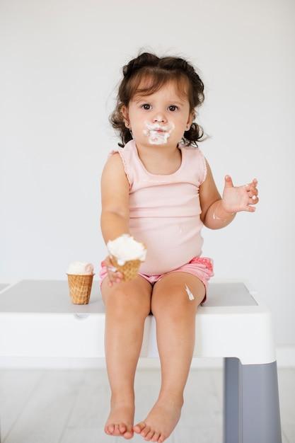 Linda garota tomando sorvete Foto gratuita