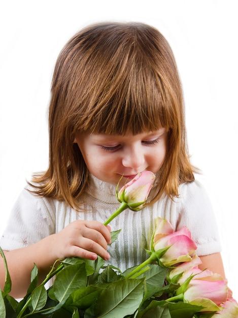Linda garotinha com flores rosas Foto Premium