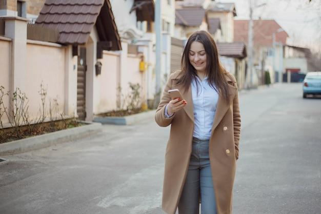 Linda jovem empresária entre as casas que ela vende. conceito de agente imobiliário. Foto Premium