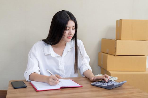 Linda jovem mulher de negócios asiáticos caiu feliz depois de encomendar o produto Foto gratuita