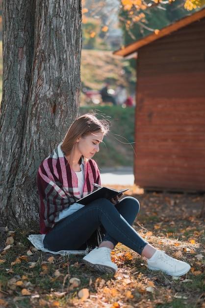 Linda loira, escrevendo em um caderno Foto gratuita
