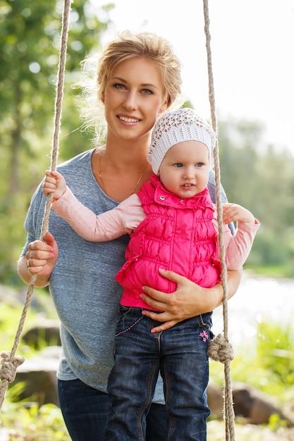 Linda mãe com filha Foto gratuita
