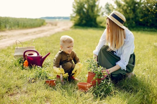 Linda mãe com filho pequeno em um campo de verão Foto gratuita