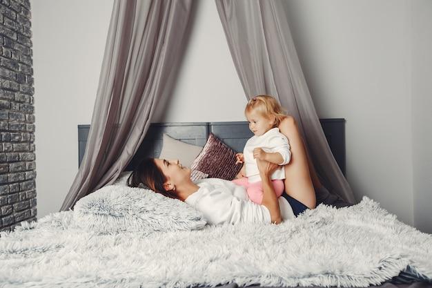 Linda mãe com uma filhinha Foto gratuita
