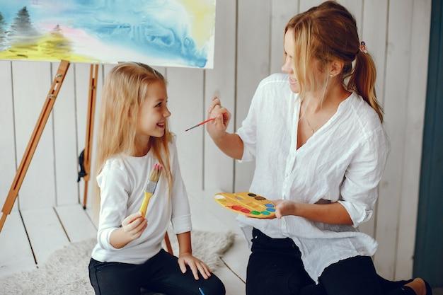 Linda mãe e filha estão desenhando Foto gratuita