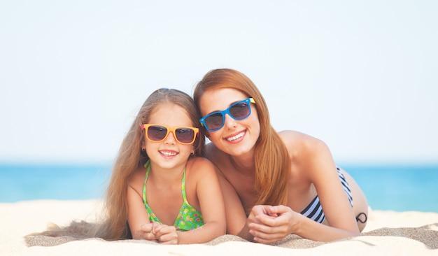 Linda mãe e filha na praia tropical Foto Premium