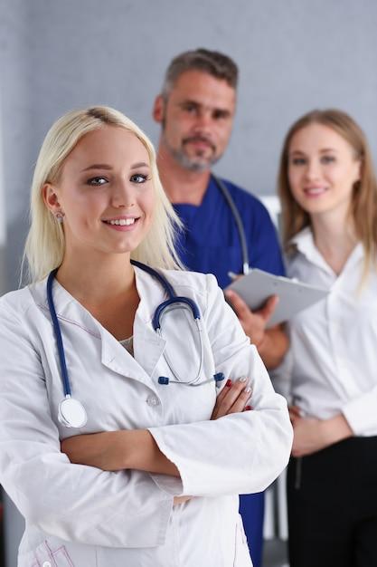 Linda médica sorridente ficar no escritório Foto Premium