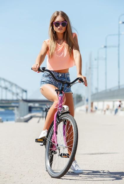 Linda menina com bicicleta Foto gratuita