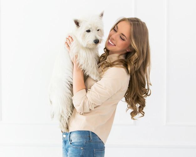Tutora com cachorro felizes cadela no cio