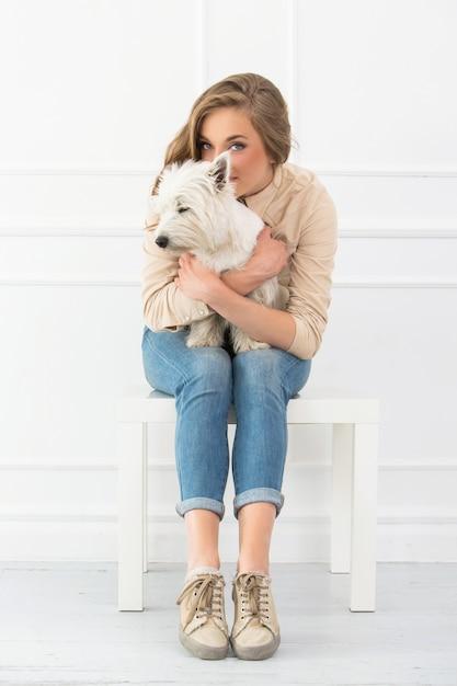 Linda menina com cachorro Foto gratuita