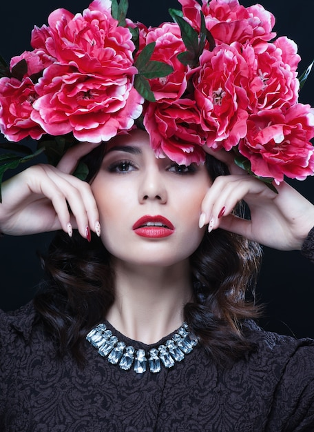 Linda menina com flores no cabelo dela. Foto Premium