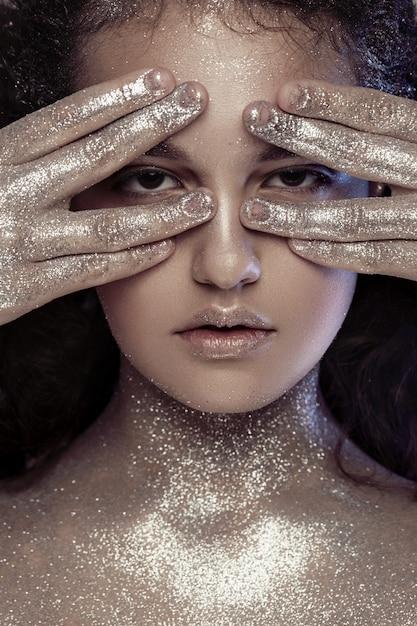 Linda menina com glitter no rosto Foto Premium