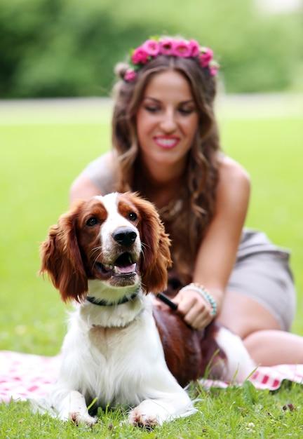 Linda menina com um cachorro Foto gratuita