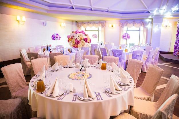 Linda mesa posta para algum evento festivo, festa ou recepção de casamento, Foto Premium