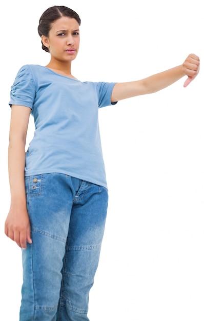 Linda morena dando polegares para baixo Foto Premium