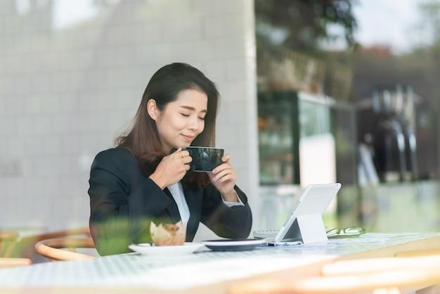 Linda mulher a trabalhar no café Foto Premium