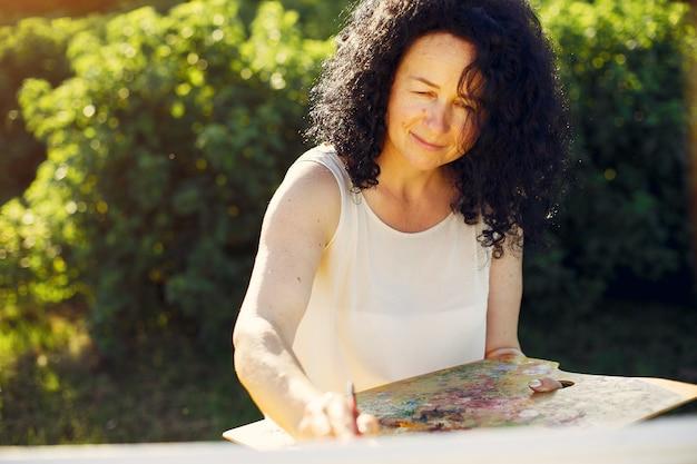 Linda mulher adulta de desenho em um campo de verão Foto gratuita