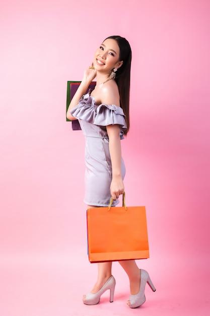 Linda mulher asiática com sacola de compras Foto gratuita