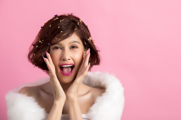 Linda mulher asiática isolada em rosa Foto gratuita