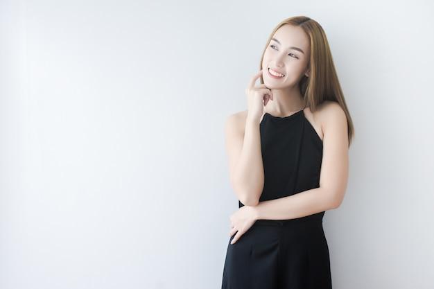 Linda mulher asiática tocando a pele do rosto e sorriso Foto Premium