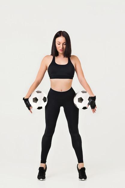 Linda mulher atlética com a bola Foto Premium