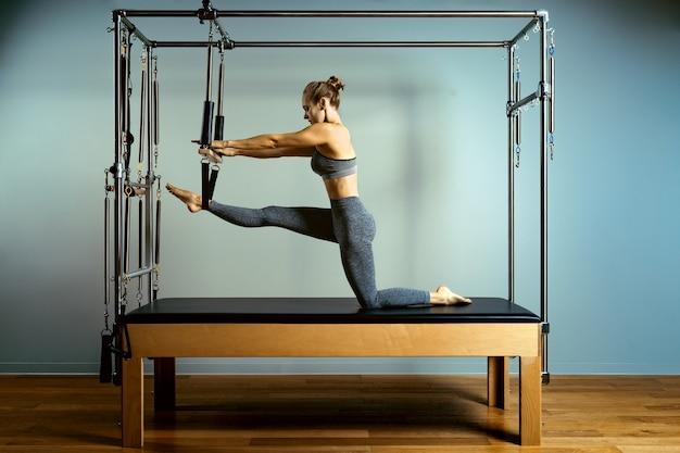 Linda mulher atlética fazendo exercícios Foto Premium