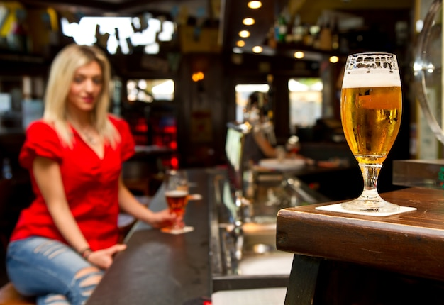 Linda mulher bebendo cerveja Foto Premium