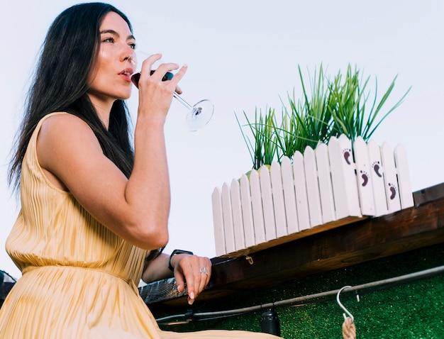 Linda mulher bebendo vinho Foto gratuita